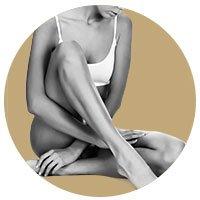 Photographie d'une femme assise montrant ses jambes épilées